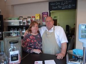Ian und Ann Brown in ihrem Suesswarenladen in Benfleet