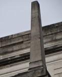 Ein Obelisk auf einem Dach. (All rights Reserved Daniel Zylbersztajn)