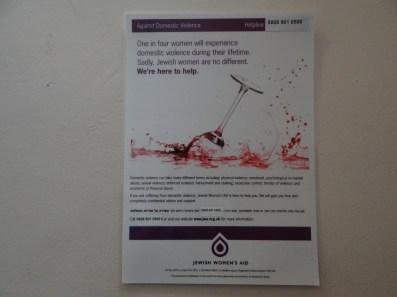 1 in 4 Frauen wird in ihrem Leben Opfer hauslicher Gewalt. JWA Poster an der Wand einer Toilette