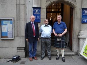 Mitglieder der Schottischen Crown Court Kirche, London.  Rechts Pfarrer Majcher, Links Alex Ritchie (Mitte Unbekanntes Gemeindemitglied) (c) Daniel Zylbersztajn