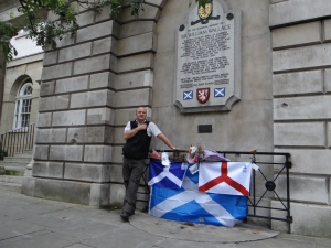 Ein Ire fuer Schottland.   Ruairi O'Conchuir vor der Gedenktafel des schottischen Nationalhelden William Wallace in London. (c) Daniel Zylbersztajn