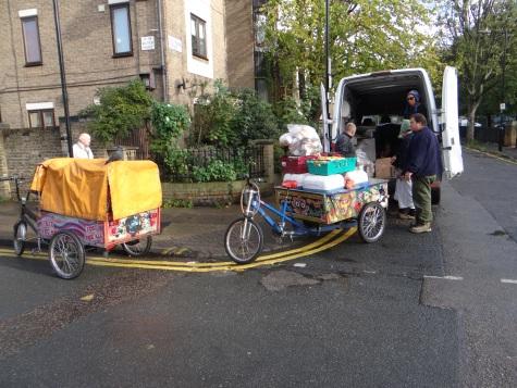 Aus dem Kleinlaster auf die Rickshaw, (c) Daniel Zylbersztajn