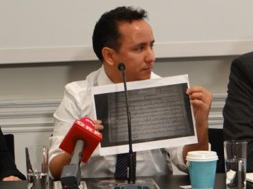Bruder Slahis zeigt den ersten Brief Mohamadou Slahis an die Familie aus Guantanamo Bay (c) Daniel Zylbersztajn