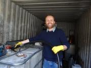 Tom Druitt an der Biodieselpumpe aus frittierten Öl seines Busunternehmens. Genuinly Green through and through. (c) Daniel Zylbersztajn All Rights Reserved