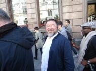 Ai Weiwei lacht auf dem Marsch für Flüchtlinge - Ai Weiwei smiles during his march for refugees in London, Sept 2015 (c) Daniel Zylbersztajn