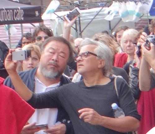 Anish Kapoor & Ai Weiwei Selfie auf dem Marsch für Flüchtlinge (8 mile walk for refugees) ! (c) Daniel Zylbersztajn