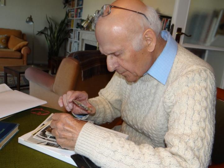 Martin Lubowski heute (83 Jahre alt) mit alten Fotos (1)