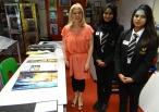 Kunstlehrerin und Schulerinnen in Oaklands Secondary