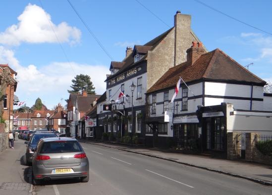 Das Dorf Cookham. Trotz der Fahnen EU naeher als im Rest des Bezirks.  1