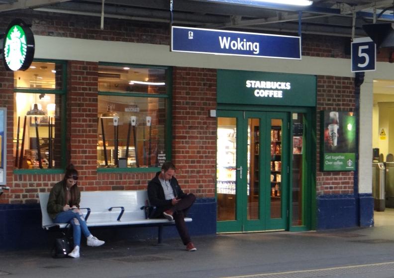 Selbst das Bahnhofscafe ist ein Starbucks in Woking