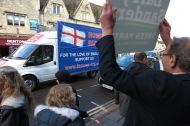 sanders-hebt-sein-plakat-gegen-die-englischen-nationalisten