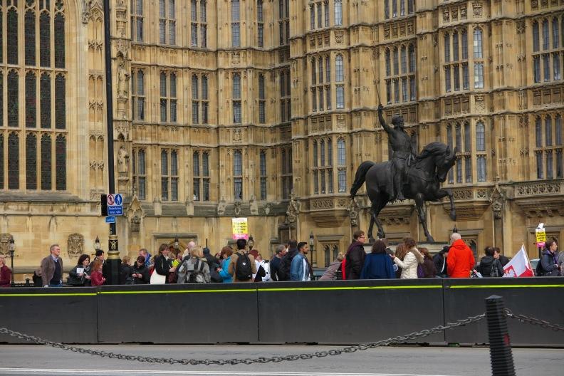 3-eu-buerger-die-beim-parlament-zum-massenlobbying-anstehen