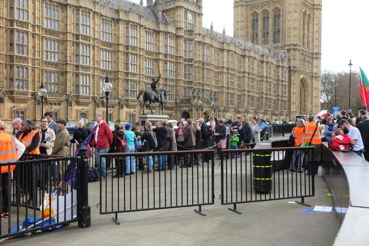 eu-buerger-die-beim-parlament-zum-massenlobbying-anstehen