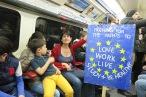 Anne Vigouroux, 41, zusammen mit ihren Kindern in der Tube auf den Weg zur Demo Unite for Europe Demonstration (c) 2017 Daniel Zylbersztajn All Rights Reserved