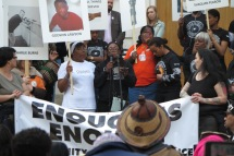 Marsch Enough is Enough, am Microfon Yvonne Lawson, Mutter des ermordeten Godwin sagt Es ist wie gestern! zweite von rechts im Bild Janette Collins