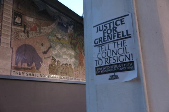 Justice for Grenfell vor einem Mosaik zur Erinnerung an die Opfer Frankos