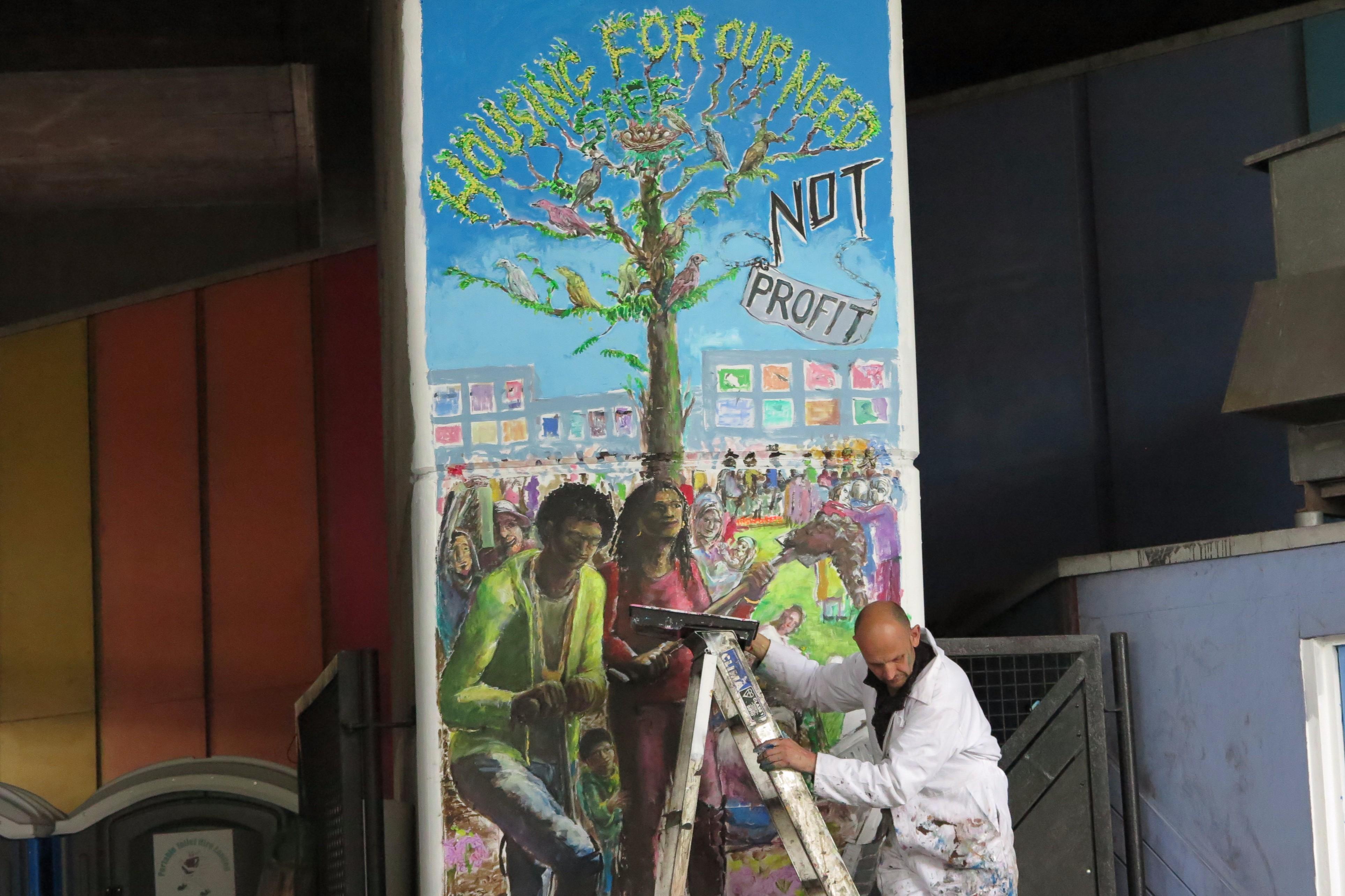 Künstler beim Bemalen einer Säule .JPG