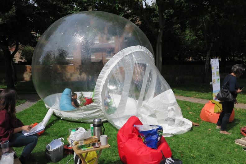 Kleines Mädchen in der Luftblase der Aktion Heilende Kunst im Park neben dem Westway.JPG