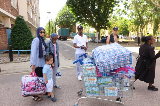 links Sarah Abdullah, 39 mit Tochter und Dermot zweiter von Rec hts kamen um Hilfe zu bringen, sie haben Wasser und Kleidung