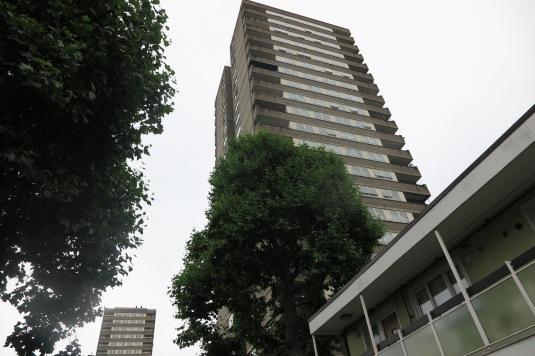 Nicht renovierter Tower mit Balkonen gegenüber von Grenfell 1