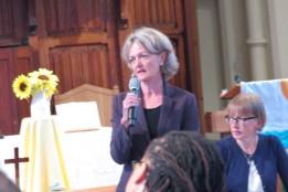 Stadtbürgermeisterin Elizabeth Campbell beim Treffen mit der Gemeinschaft Mitte August