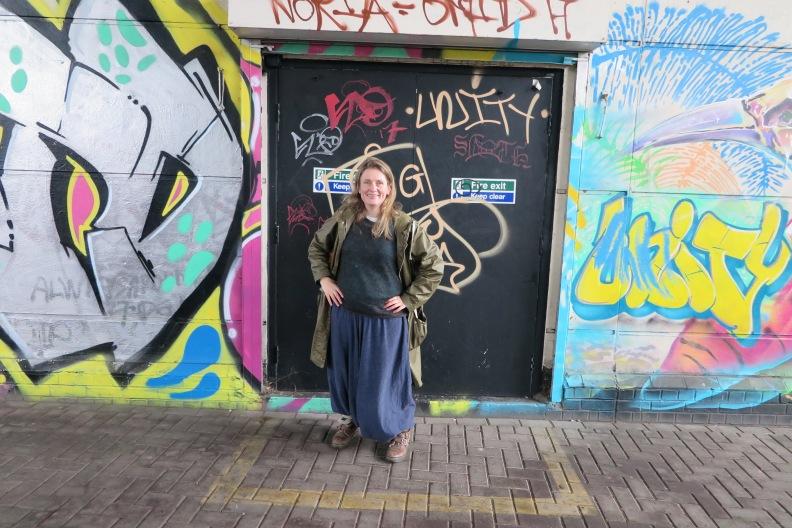 Eve Wedderburn vor dem Eingang der City