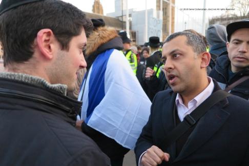 Austausch der Arugumente am Rand Der eine sagt Ken Livingstone ist ein Antisemit der andere Livingstone styte sich sehr für orthdoxe Juden in Stamford Hill ein IMG_0432