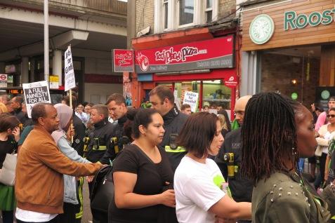 Feuerwehrmänner werden auf dem Silent March umarmt IMG_0462