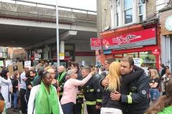 Feuerwehrmänner werden auf dem Silent March umarmt IMG_0481