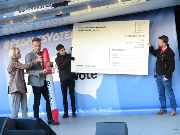Bitte Kärtchen an euere Abgeordneten ausfüllen mit Riesenstift People_s Vote zeigt den 700.000 wie es gemacht wird IMG_0739