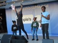 Studentenführerin der NUS Shakira Martin und ihre Töchter, rechts NUS Vizepräsident Amatey Doku IMG_0718