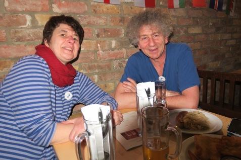 Brita und Daniel Nucinkis, 51, und 58 im Bierkeller. Wir wollten heute nicht alleine sein.