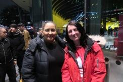 Kirsty Low (rechts) aus Schottland und Leila Ben-Hassel (links) aus London, die Französin ist in der Warteschlange vor der London Assembly (interviewt) IMG_5327
